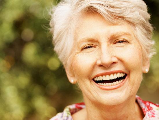 Lachende ältere Dame