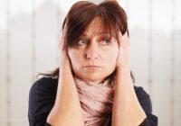 Foto: Frau, die unter Tinnitus Ohrgeräuschen leidet