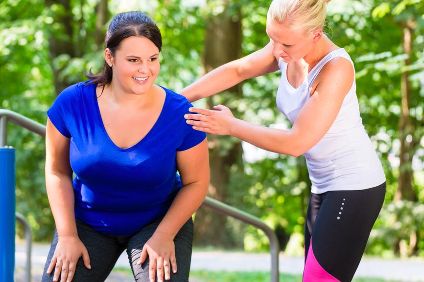 Foto: Frau mit Übergewicht trainiert, um abzunehmen