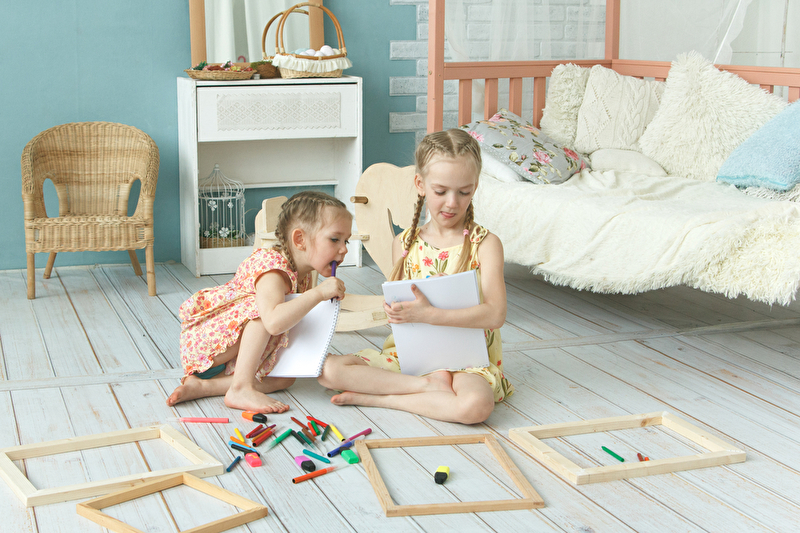 Kinderzimmer mit 2 spielenden Mädchen
